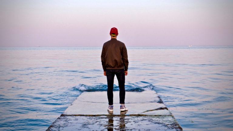 alleine leben lernen erklärt durch einen Mann, der auf das Wasser schaut