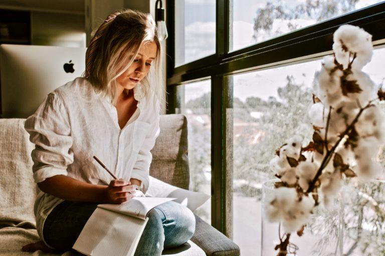 SMART Ziele formulieren Methode beschrieben mit einer Frau, die schreibt