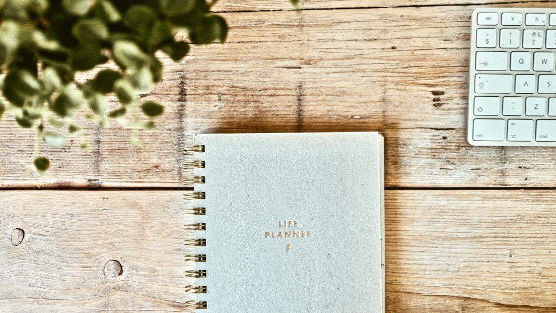 SMART Ziele formulieren Methode beschrieben mit einem Notebook