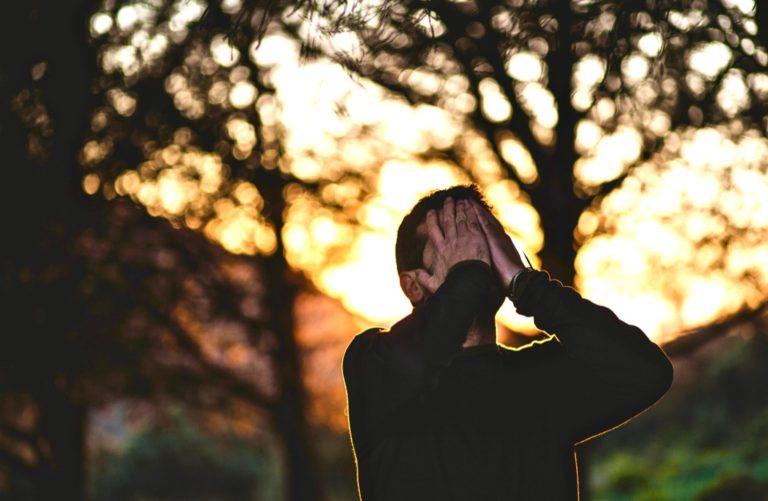 Stress bewältigen beschrieben durch einen Mann, der die Hände zusammenschlägt