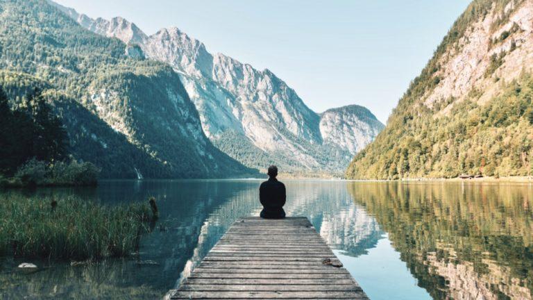 Unterbewusstsein beeinflussen beschrieben durch eine schöne Landschaft und einen Mann, der in diese hineinschaut