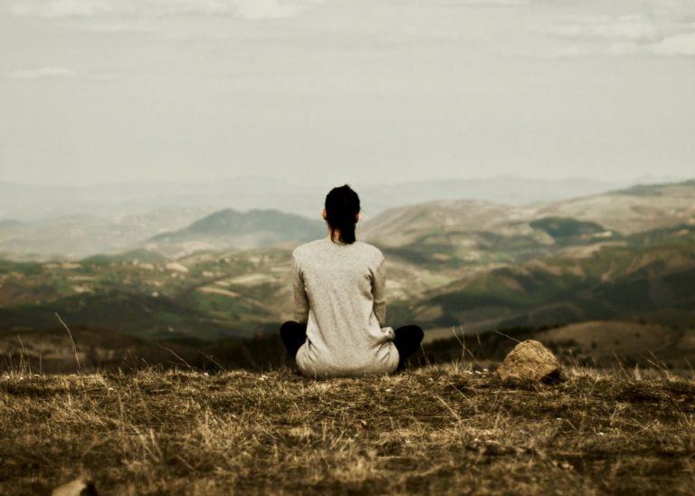 Unterbewusstsein beeinflussen beschrieben durch eine Frau, die in die Ferne schaut