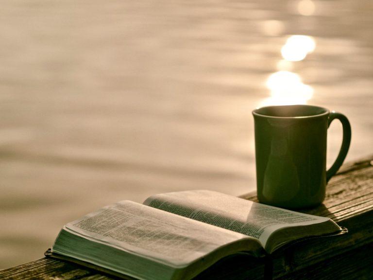 Unterbewusstsein beeinflussen beschrieben durch ein Buch und eine Teetasse