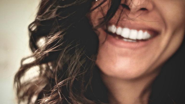 Methoden Selbstreflexion erklärt durch eine lachende Frau