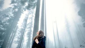 Was ist Selbstbewusstsein erklärt durch eine Frau, die im Wald steht