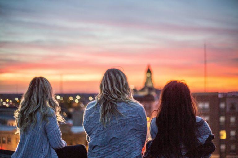 Enttäuschung verarbeiten beschrieben durch Freunde, die sich gegenseitig stützen