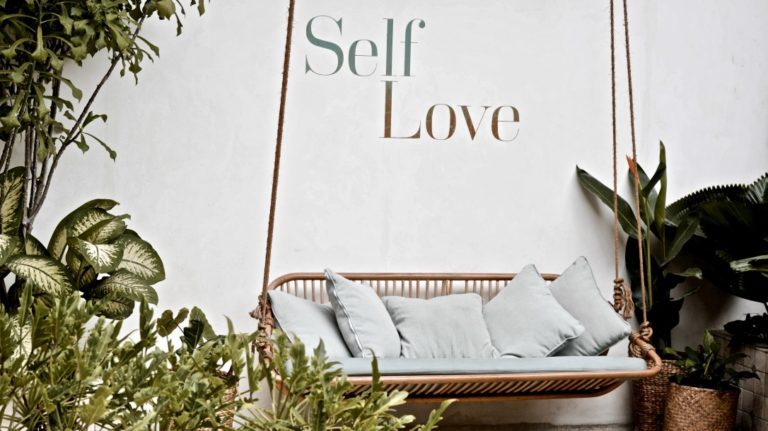 Wie lerne ich mich selbst zu lieben Bank mit Aufschrift Self Love
