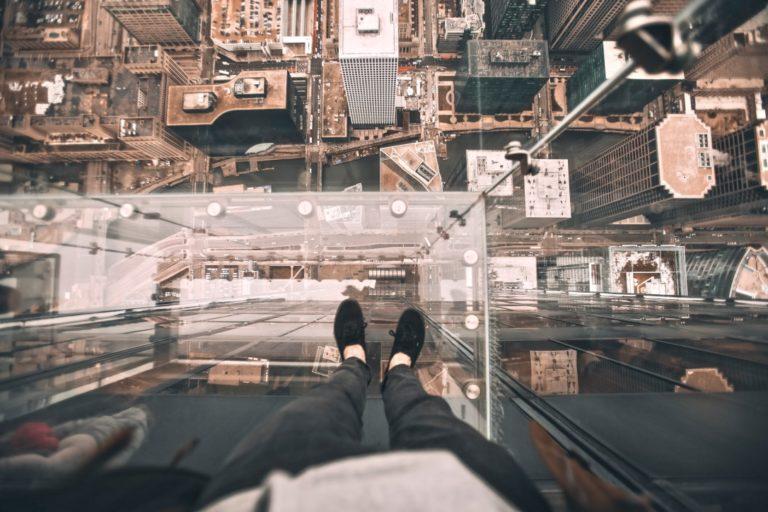Angst Fehler Zu Machen beschrieben mit einer Person auf einem Wolkenkratzer nach unten guckend