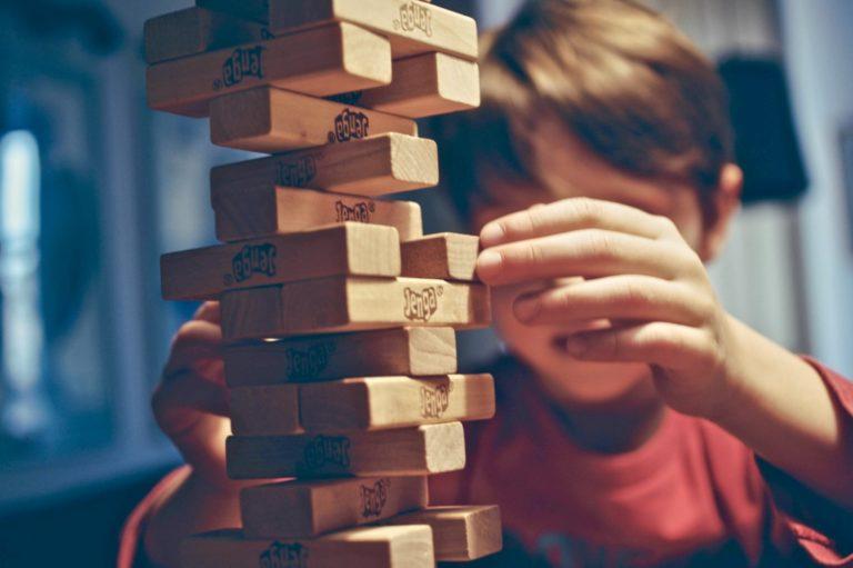 Faulheit überwinden beschrieben anhand eines Jungen, der Jenga spielt