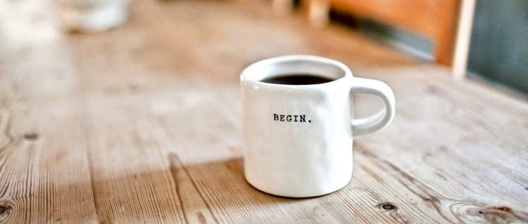 gute Gewohnheiten beschrieben durch eine Kaffeetasse
