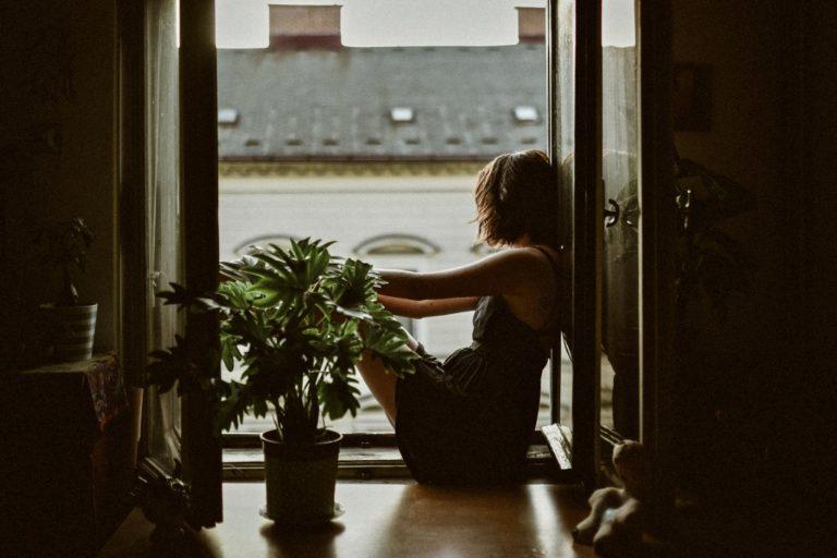 Kognitive Empathie mit einer Frau am Fenster sitzend