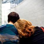 Kognitive Empathie anhand zwei Personen, die sich gegeneinander lehnen