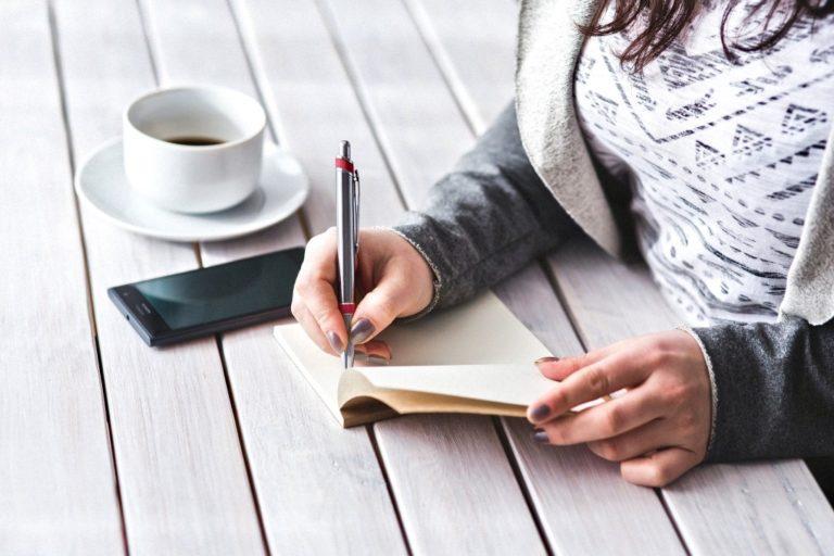 Methoden der Selbstreflexion jemand macht sich Notizen
