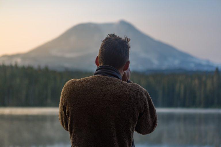 Was ist Erfolg beschrieben durch einen Mann, der einen Berg fokussiert