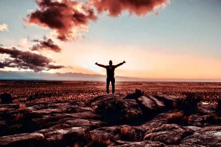 Was ist Erfolg beschrieben durch einen Mann, der in den Sonnenuntergang blickt