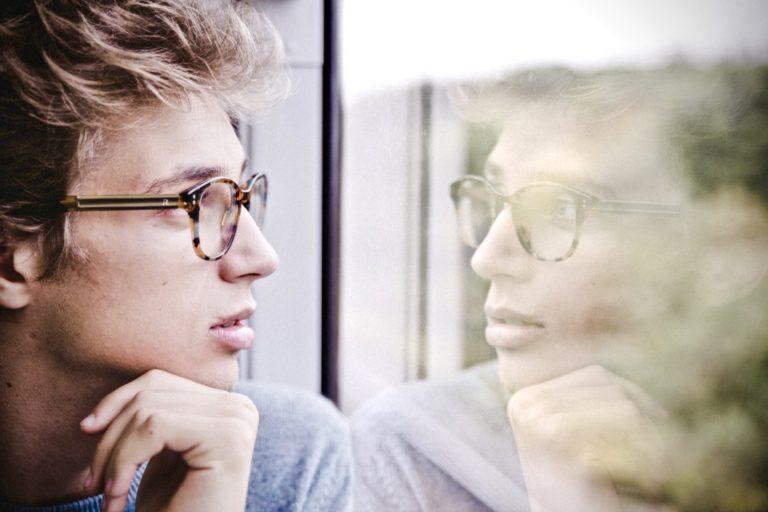 Was ist Selbstbewusstsein ein Mann, der aus dem Fenster schaut
