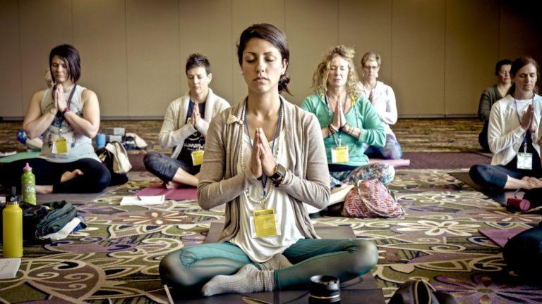 Wie lerne ich mich selbst zu lieben Gruppe beim Meditieren