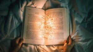 Bücher über Selbstbewusstsein mit einem leuchtenden Buch erklärt