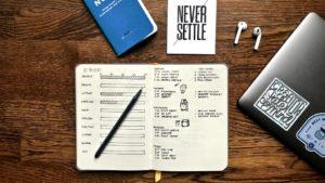 Erfolgsjournal beschrieben durch ein Erfolgsjournal auf einem Schreibtisch