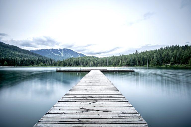 Akzeptieren lernen erklärt durch einen Wasserlandschaft und einen Steg, der ins was ragt