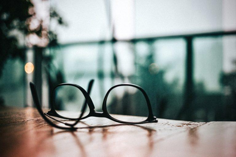 Entscheidungen treffen beschrieben durch eine Brille