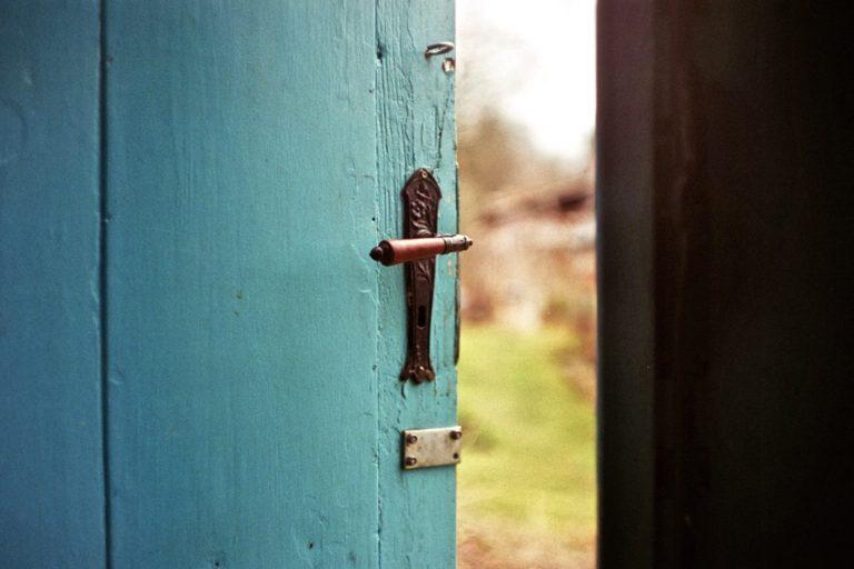 Entscheidungen treffen beschrieben durch eine Tür, die geöffnet wird
