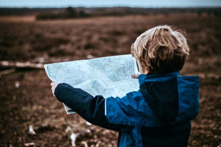 Psychografie Persönlichkeitstyp beschrieben durch ein Kind, welches eine Landkarte hält