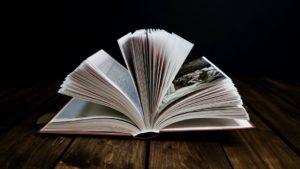 Bücher über Erfolg beschrieben durch ein aufgeschlagenes Buch