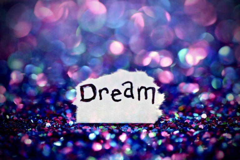 """Lebensziele finden beschrieben durch ein einen kleinen Zettel mit dem Wort """"Dream"""""""
