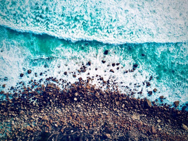 gelassener werden beschrieben durch Wellen, die auf die Küste treffen