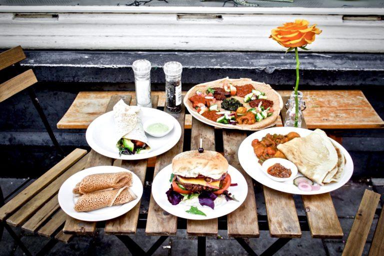Unterdrückte Wut zulassen beschrieben durch Essen auf einem Tisch