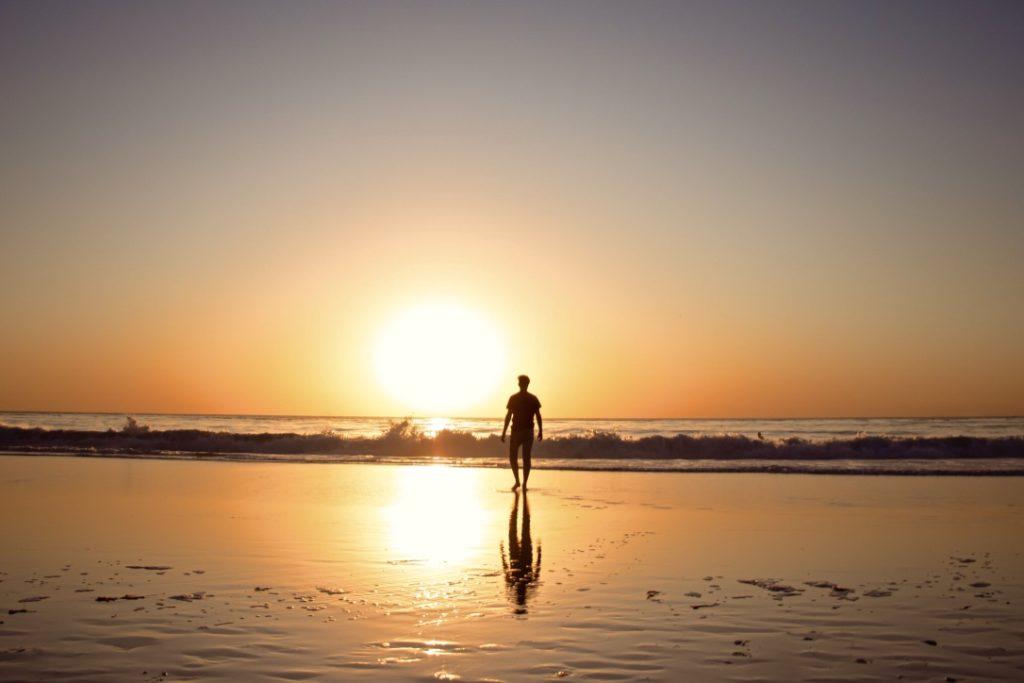 Zu sich selbst finden beschrieben durch eine einzelne Person am Meer