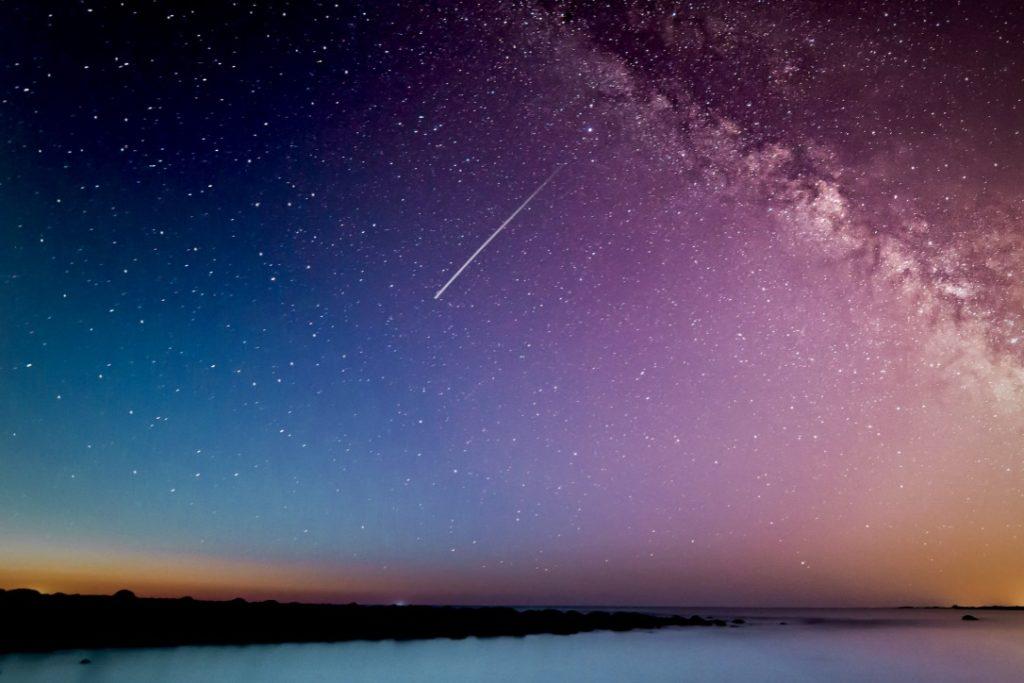 Intuition stärken beschrieben durch eine Sternschnuppe am Sternenhimmel