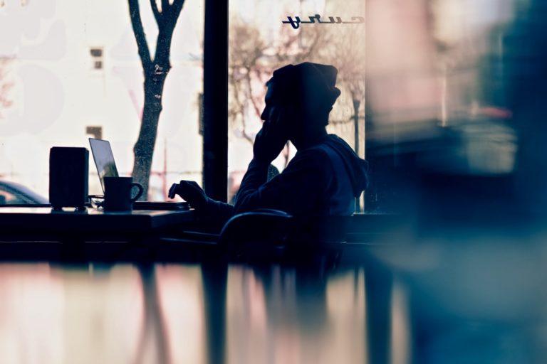 Perfektionismus ablegen beschrieben durch einen Mann, der müde und anstrengt auf seinen Bildschirm schaut