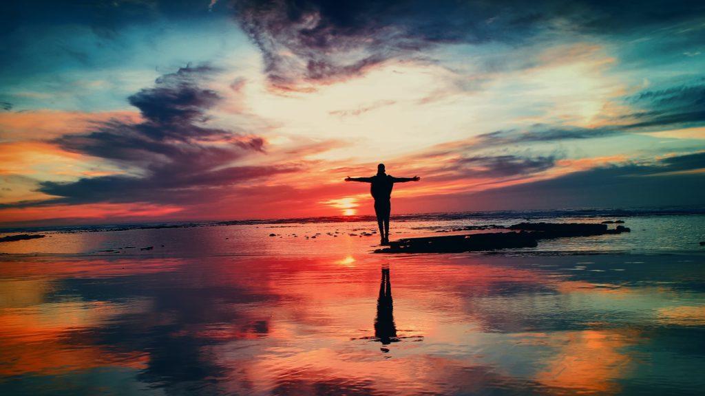 Negative Gefühle loswerden beschrieben mit einem Mann auf spiegelndem butten Wasser