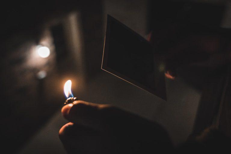 Ein Mann verbrennt ein Foto um seine negativen Gefühle loszuwerden