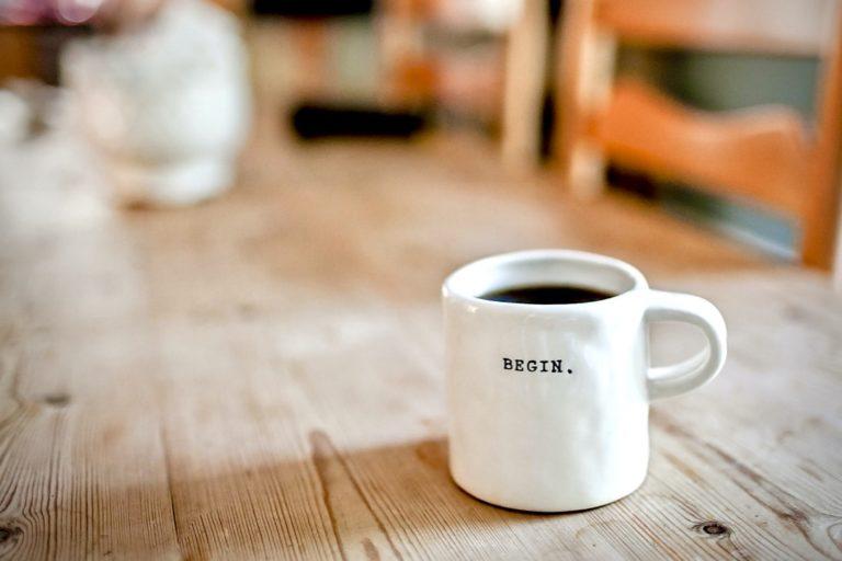 Positives Mindset beschrieben durch eine Kaffeetasse, da jeder Tag ein guter werden kann.