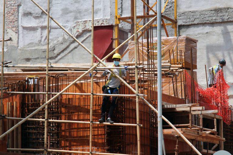 Mutiger Kontruktionsarbeiter