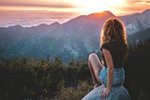 Verantwortung übernehmen beschrieben durch eine Frau, die in die Ferne schaut