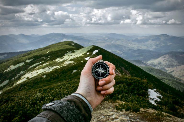 Verantwortung übernehmen durch einen Kompass, der für richtungsweisende Entscheidungen steht