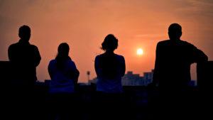 Psychografie Test beschrieben durch vier Personen, die auf eine Skyline schauen