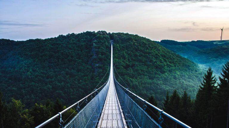 Innere Stärke entwickeln beschrieben durch eine lange Brücke