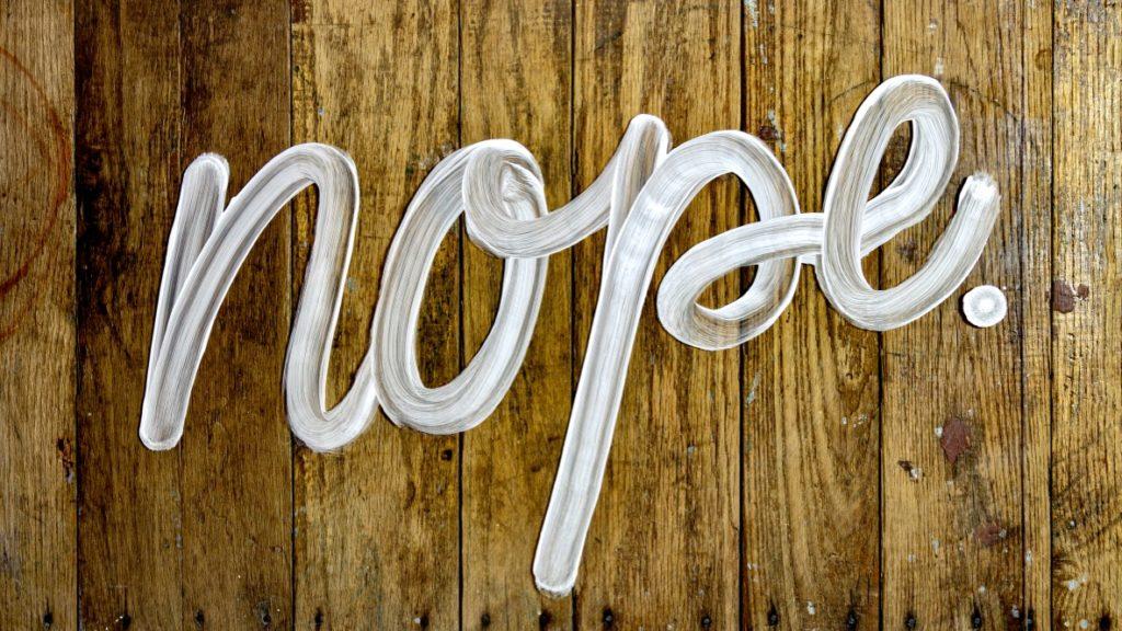 """Ein Schild mit der Aufschrift """"nope."""", um Nein sagen zu lernen zu verdeutlichen"""