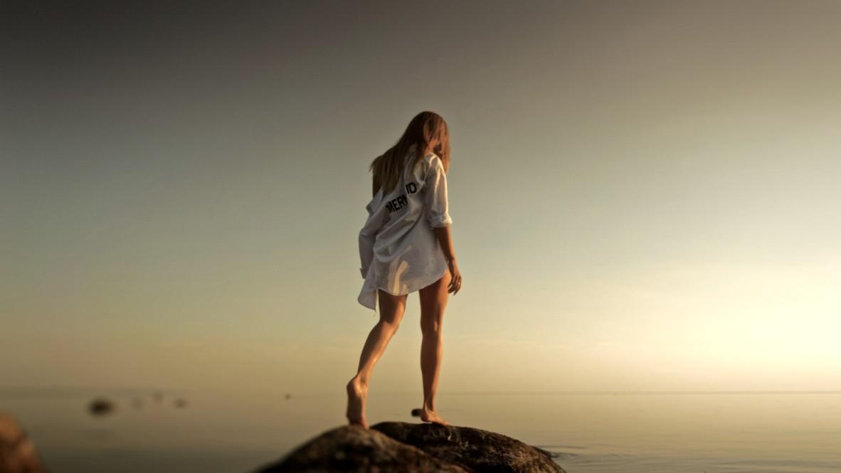 Introversion Bedeutung beschrieben anhand eine Frau, die über den Horizont blickt