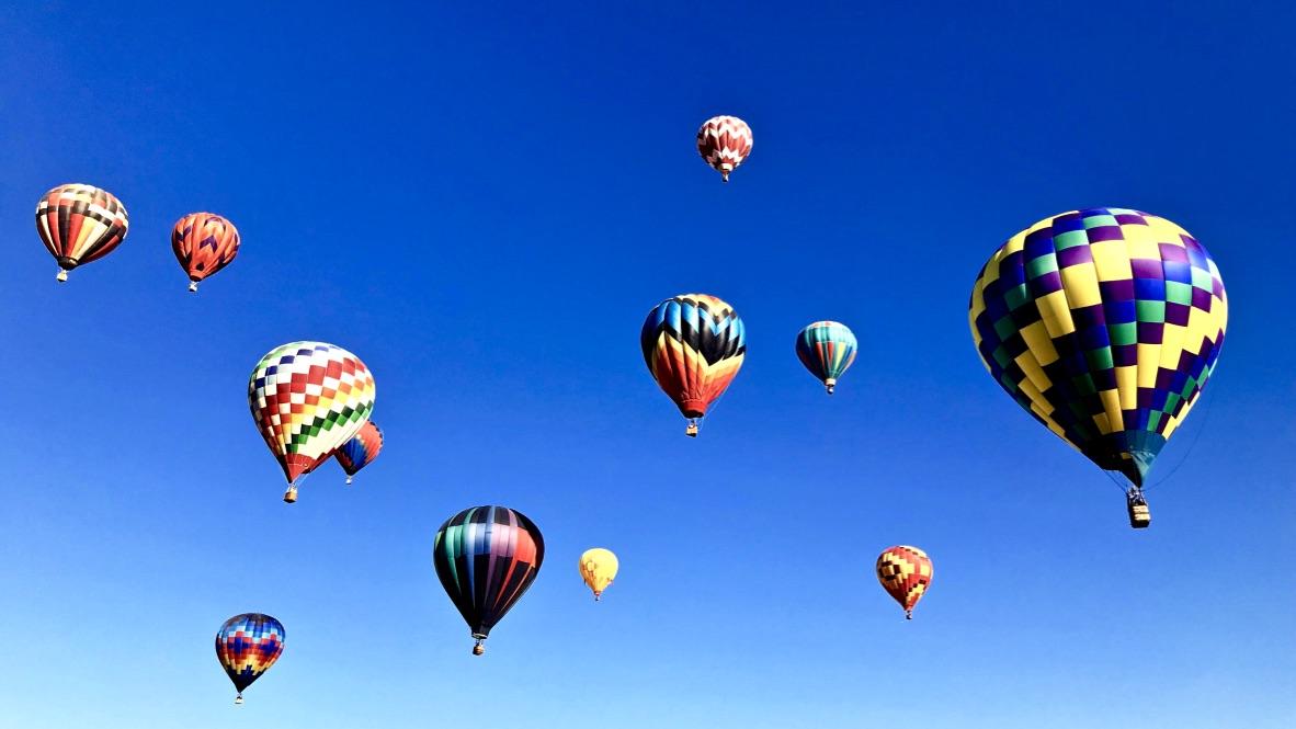 Das Leben im Hier und Jetzt beschrieben mit einer Vielzahl von Heißluftballons