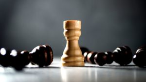 7 Säulen der Resilienz erklärt durch eine Schachfigur, die als einzige noch steht